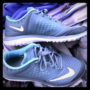 Women's Nike shoes size 7.5. Perfect condition.